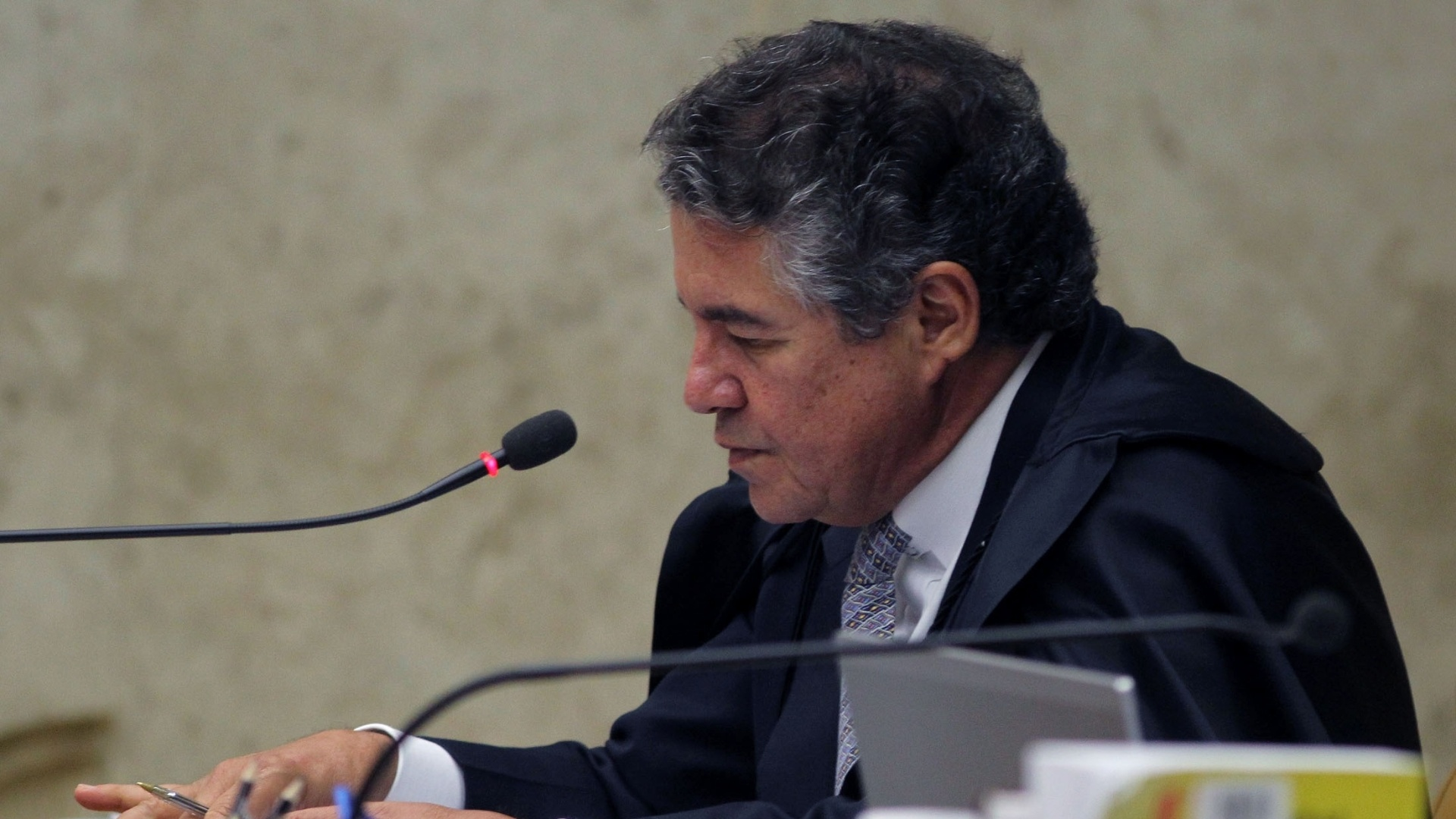 28.nov.2012 - O ministro Marco Aurlio acompanha sesso de julgamento do mensalo no STF (Supremo Tribunal Federal). Nesta quarta-feira, os ministros do STF fixaram a pena do ex-deputado federal Roberto Jefferson (PTB-RJ), delator do esquema, em 7 anos e 14 dias de priso, por corrupo passiva e lavagem de dinheiro