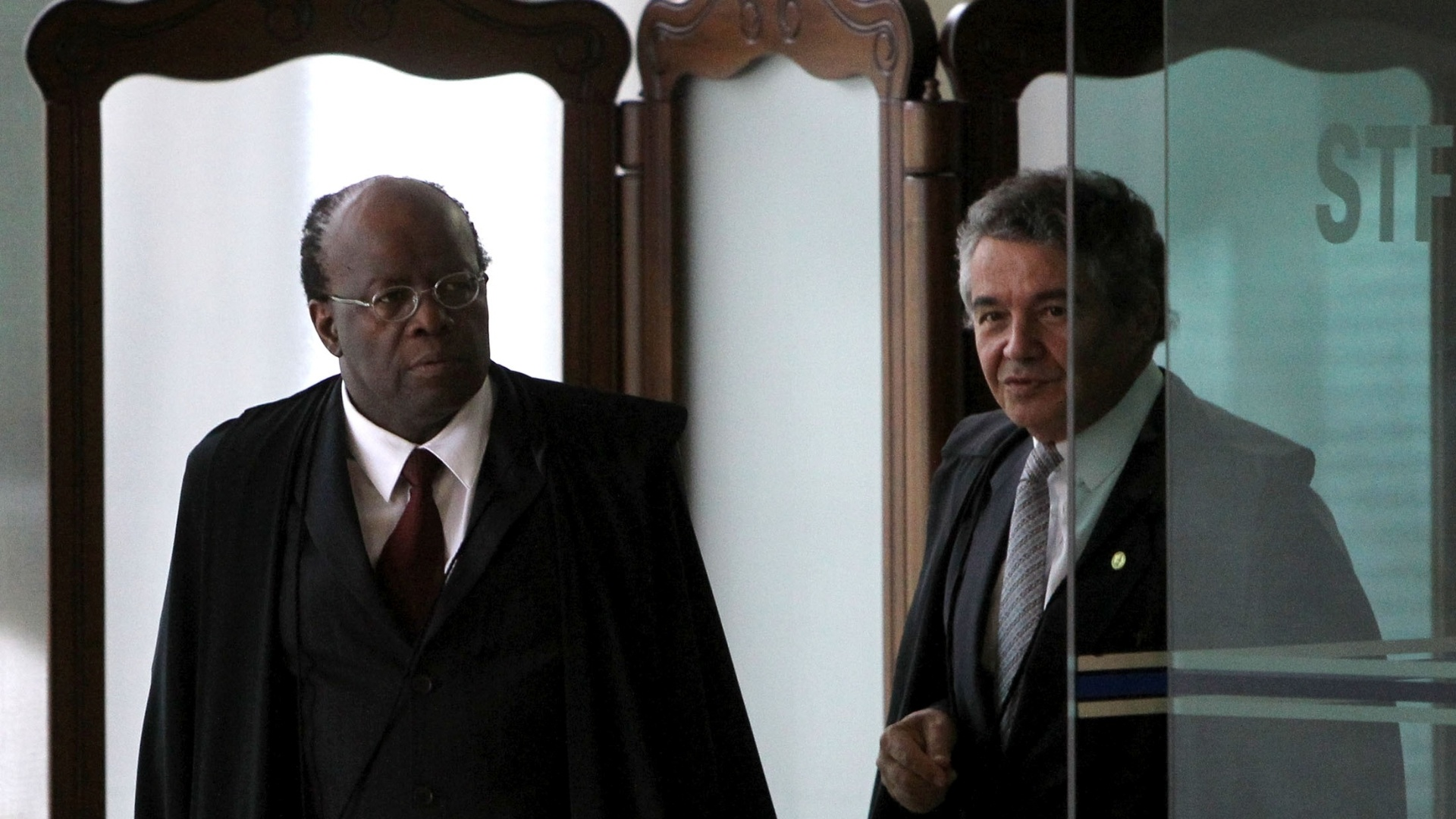 28.nov.2012 - Os ministros Joaquim Barbosa e Marco Aurlio voltam ao plenrio do STF (Supremo Tribunal Federal) para mais uma sesso de julgamento do mensalo. Nesta quarta-feira, os ministros do STF fixaram a pena do ex-deputado federal Roberto Jefferson (PTB-RJ), delator do esquema, em 7 anos e 14 dias de priso, por corrupo passiva e lavagem de dinheiro