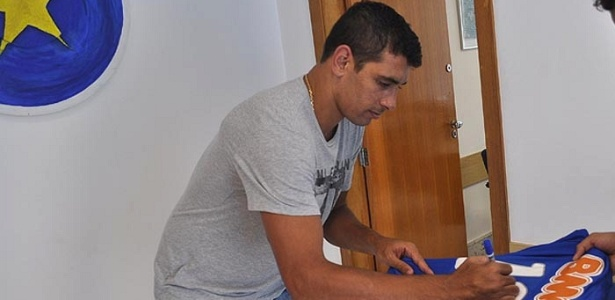 Diego Souza autografa camisa ao se apresentar ao Cruzeiro (28/11/2012)