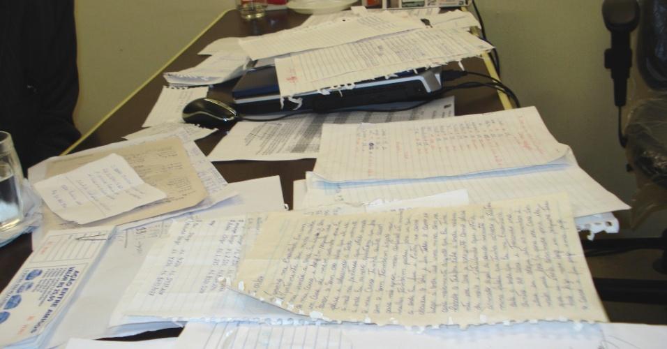 Imagem mostra papeis encontrados na casa do foragido