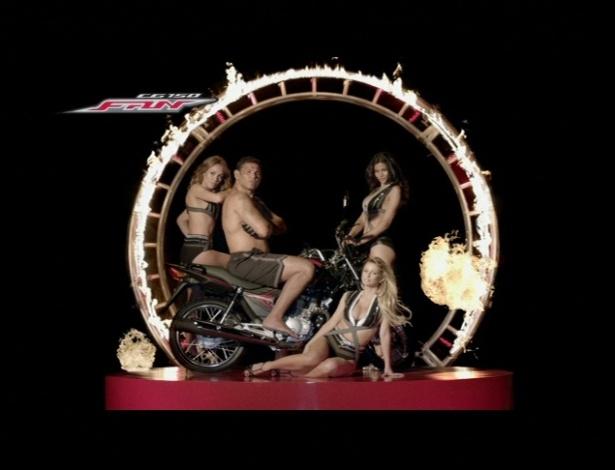 Minotauro posa para campanha publicitária cheio de garotas em volta