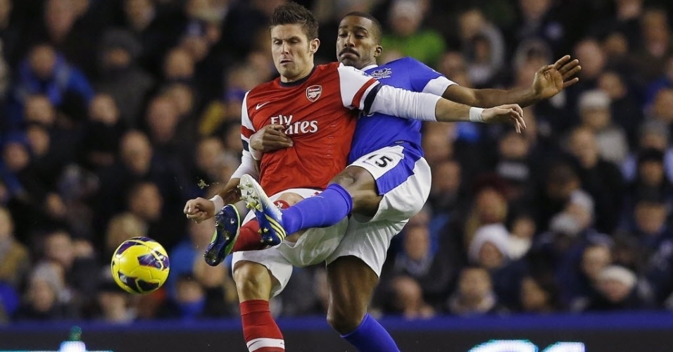 28.nov.2012 - Sylvain Distin (dir), do Everton, tenta desarmar Olivier Giroud, do Arsenal, em partida do Campeonato Inglês