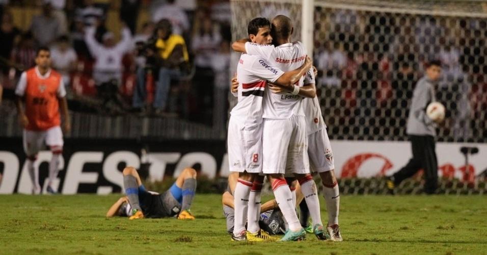28.11.2012 - Ganso e Luis Fabiano se abraçam e comemoram a classificação do São Paulo à final da Sul-Americana