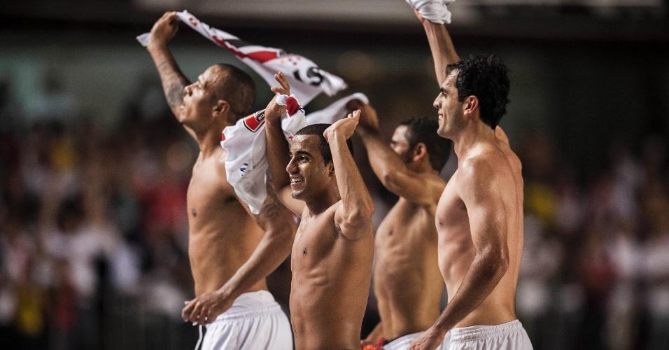 28.11.2012 - Jogadores do São Paulo comemoram com a torcida a classificação para a final da Sul-Americana