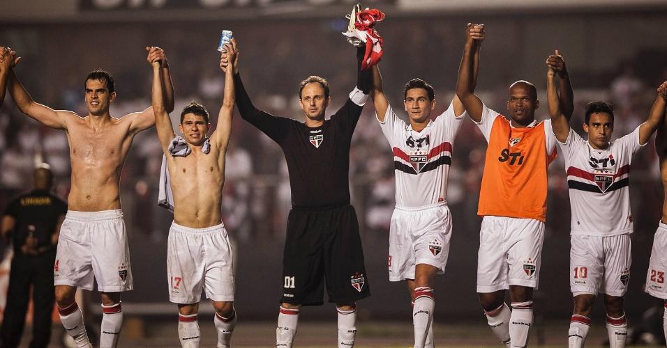 28.11.2012 - Jogadores do São Paulo saúdam a torcida após o empate contra a Universidad Católica, no Morumbi