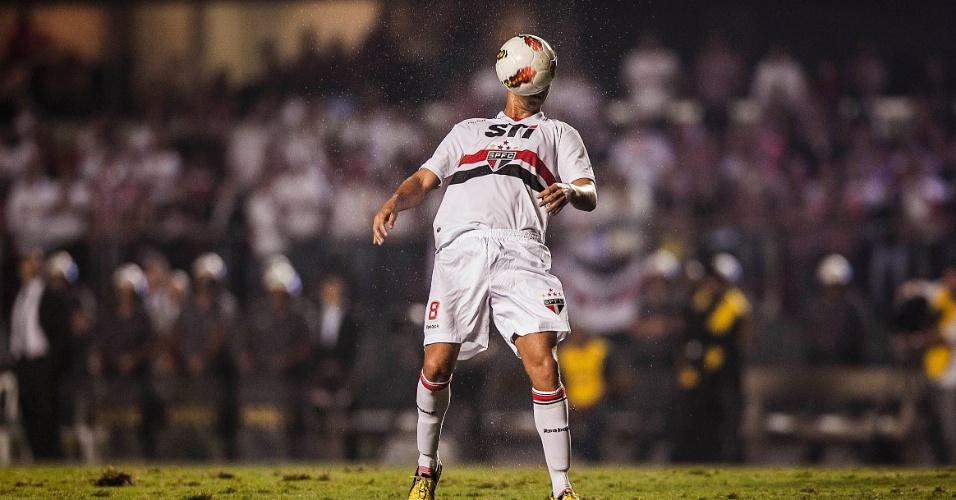 28.11.2012 - Paulo Henrique Ganso mostra habilidade e domina a bola no peito no jogo contra a Universidad Católica