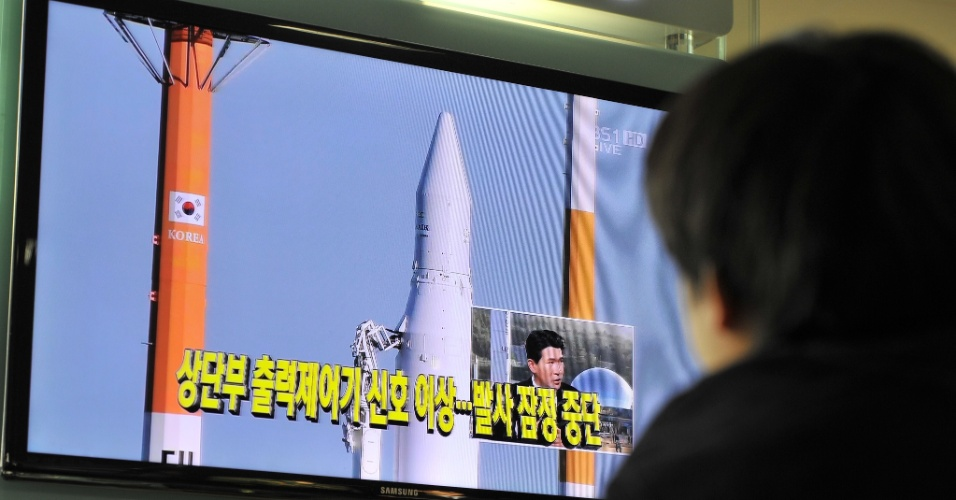 """29.nov.2012 - A Coreia do Sul adiou o lançamento do foguete Naro-1 (KSLV-1) pela segunda vez, após a fracassada tentativa feita em 26 de outubro, devido a um novo problema detectado na plataforma de lançamento, desenvolvida parcialmente com tecnologia local. A contagem regressiva foi abortada quando faltavam menos de 17 minutos. Um porta-voz do Instituto de Pesquisa Aeroespacial da Coreia detalhou que foram detectados """"problemas"""" na segunda fase da plataforma de lançamento"""