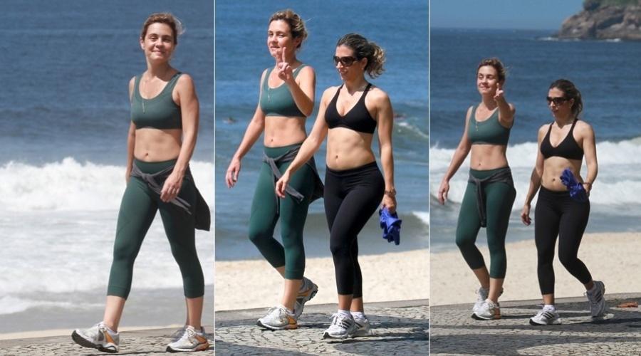 29.nov.2012 - De barriga de fora, Adriana Esteves caminhou pela orla da praia de São Conrado, zona sul do Rio. A atriz estava acompanhada de uma amiga