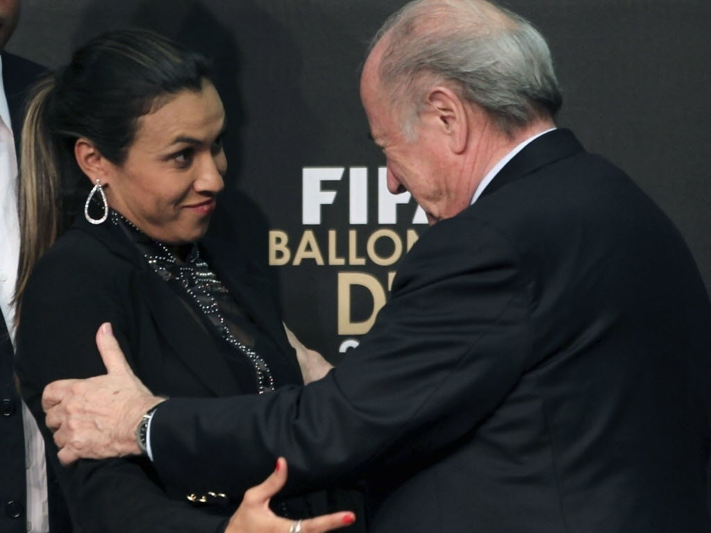 29.nov.2012 - Indicado ao prêmio de melhor jogadora do mundo em 2012, Marta cumprimenta o presidente da Fifa, Joseph Blatter, durante anúncio da Bola de Ouro em São Paulo