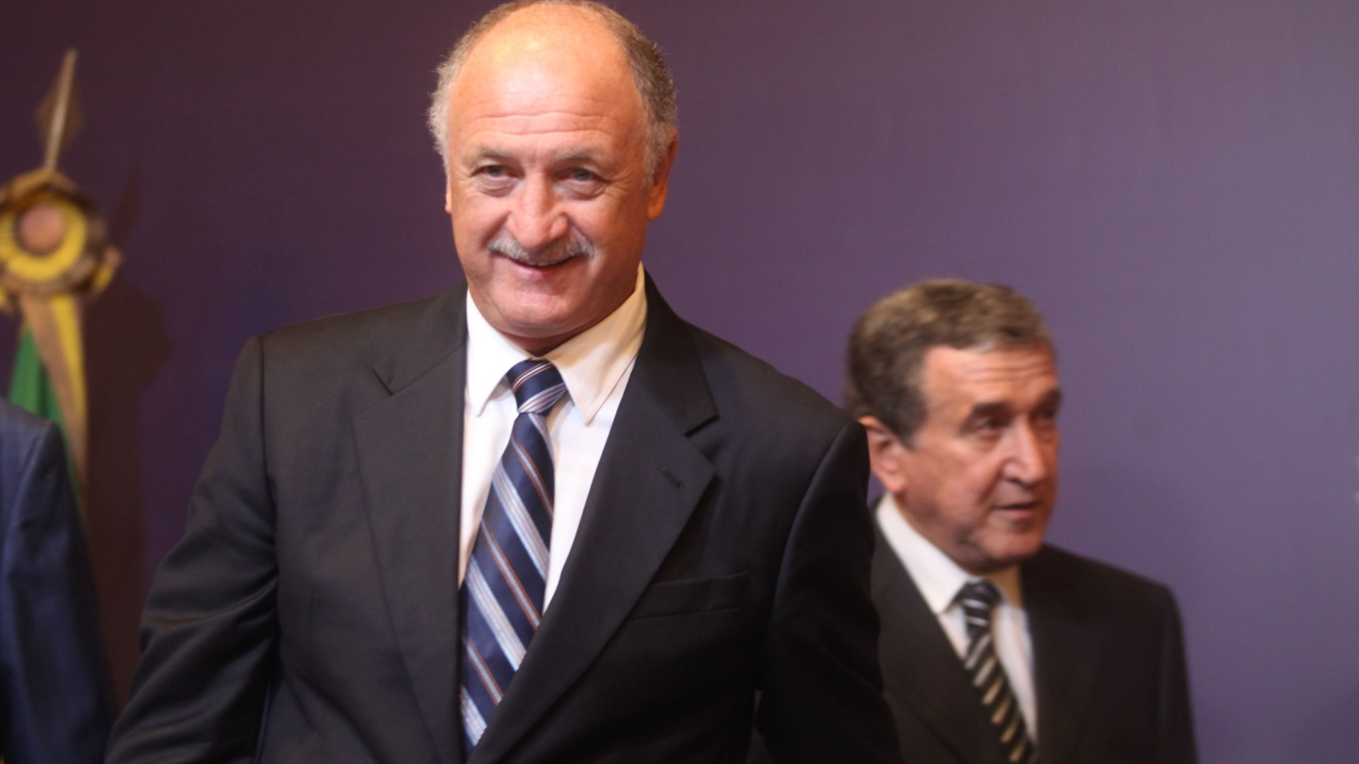 29.nov.2012 - Luiz Felipe Scolari sorri ao lado de Carlos Alberto Parreira durante anncio da nova comisso tcnica da seleo brasileira no Rio de Janeiro