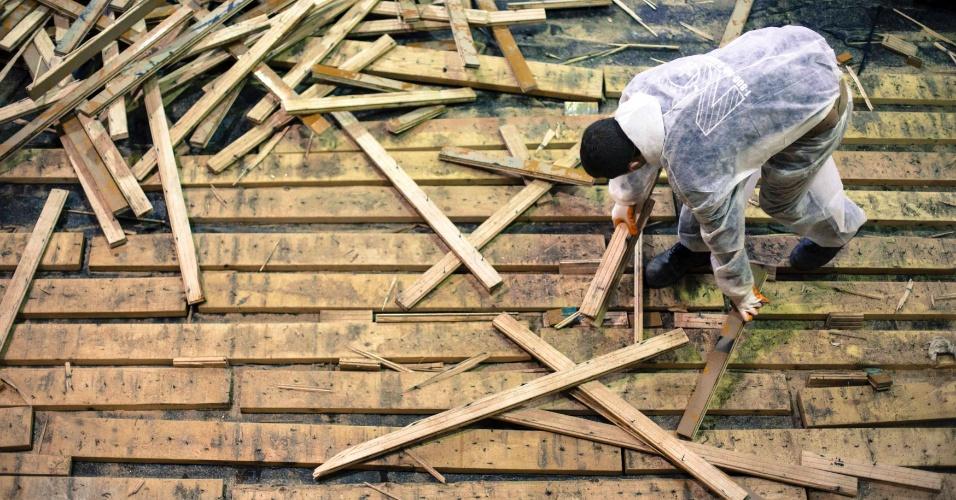 29.nov.2012 - Trabalhadores retiram o piso do ginásio de uma escola primária, danificado pela tempestade Sandy, em Nova York, nos Estados Unidos, um mês após a passagem do furacão