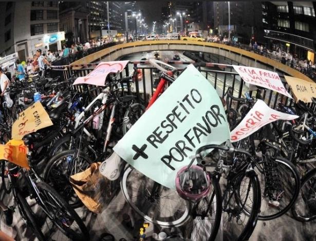 2.mar.2012 - Ciclistas protestam na avenida Paulista, em São Paulo, contra a morte de uma bióloga, que foi atropelada por um ônibus enquanto pedalava na via