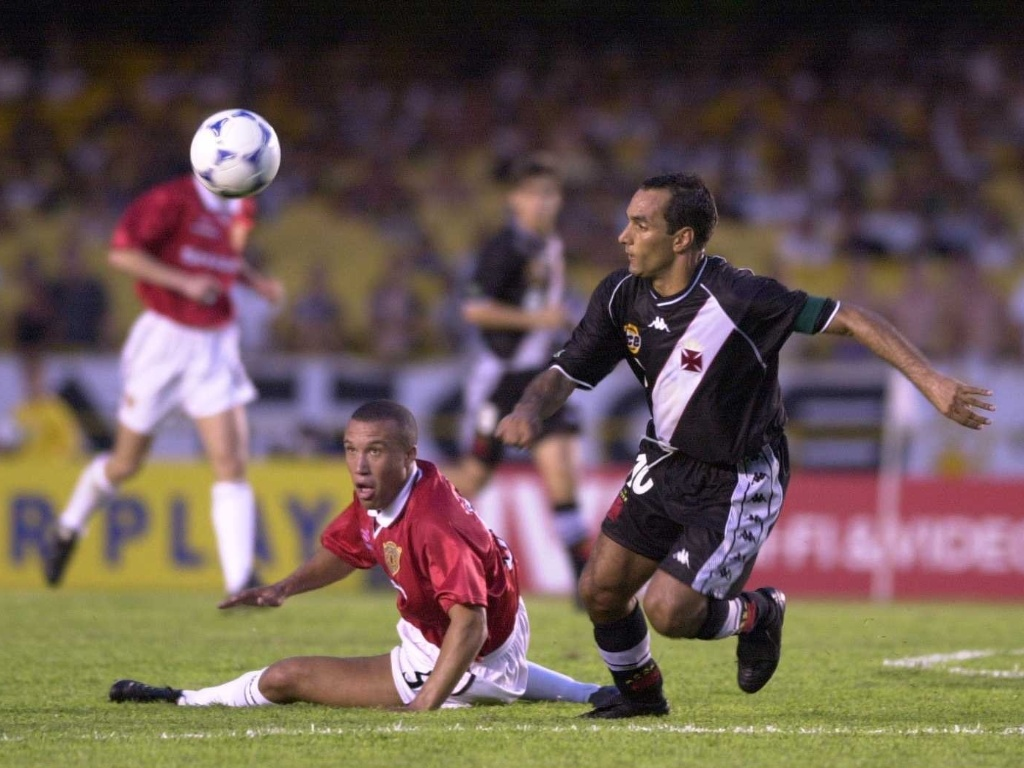 8.jan.2000 - Edmundo, do Vasco, deixa Silvestre no cho antes de fazer golao contra o Manchester United, pelo Mundial de clubes