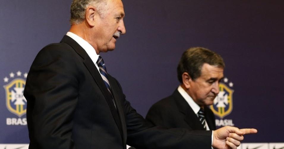 29.nov.2012 - Luiz Felipe Scolari e Carlos Alberto Parreira se posicionam para a coletiva de anúncio da nova comissão técnica da seleção brasileira no Rio de Janeiro