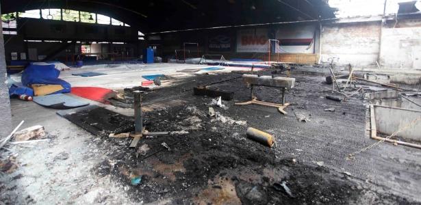 Lado interno do ginásio de ginástica do Flamengo, danificado por incêndio desta quinta