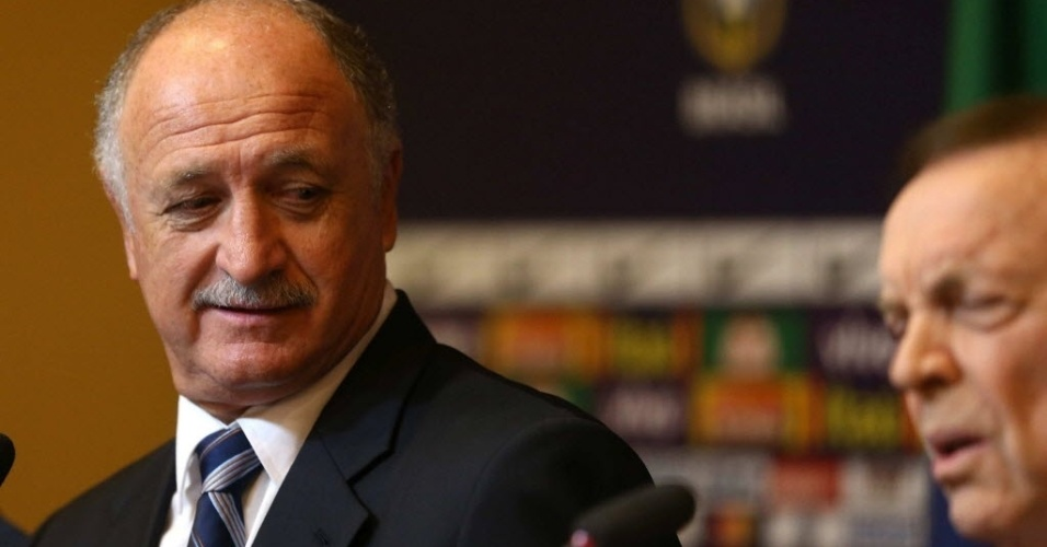 29.nov.2012 - Luiz Felipe Scolari olha para o presidente da CBF, Jos Maria Marin, durante anncio da nova comisso tcnica da seleo brasileira no Rio de Janeiro