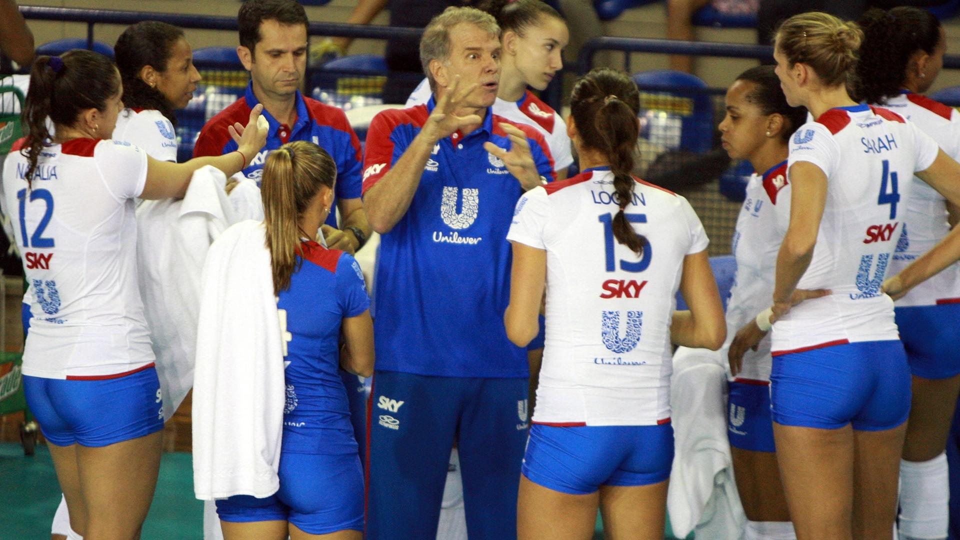 30.nov.2012 - Bernardinho, técnico da Unilever, conversa com jogadoras da Unilever durante partida contra o Pinheiros
