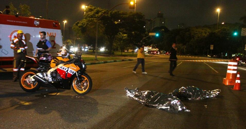 30.nov.2012 - Um casal de comerciantes foi morto a tiros ao reagir a uma suposta tentativa de roubo na avenida Bandeirantes, uma das mais movimentadas de São Paulo