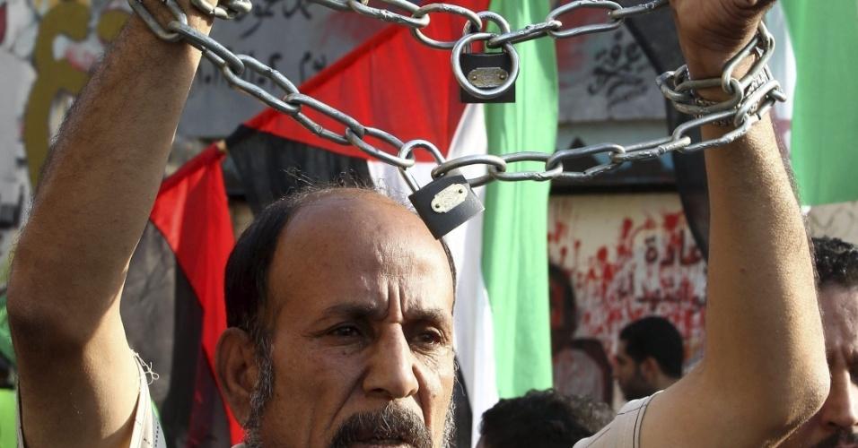 30.nov.2012 - Homem se acorrenta durante protesto na praça Tahrir, no Cairo, contra o atual presidente do Egito, Mohamed Mursi