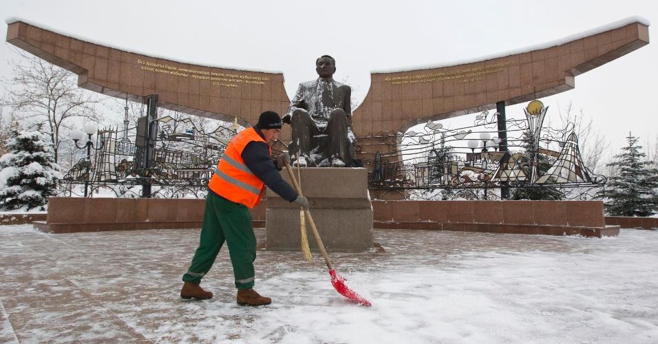 30.nov.2012 - Homem varre a neve em frente a estátua do presidente do Cazaquistão, Nursultan , no parque Primeiro Presidente, nesta sexta-feira (30), em Almaty. Nazarbayev é o único presidente que o país já teve desde a independência da União Soviética, em 1991