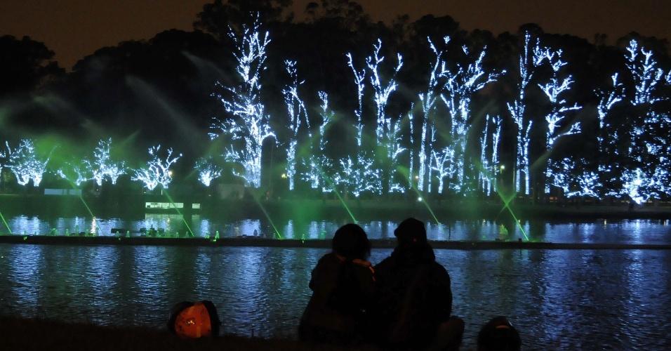 30.nov.2012 - Iluminação de Natal no lago do parque Ibirapuera, em São Paulo