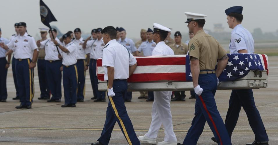 30.nov.2012 - Membros do Exército dos Estados Unidos carregam caixão com os restos mortais de um soldado morto durante a Guerra do Vietnã (1955-1975) durante cerimônia de repatriação, nesta sexta-feira (30), em Hanói (Vietnã). Cerca de 985 corpos de americanos já foram encontrados no país e devolvidos desde o fim do conflito. Ainda restam 1.661 soldados desaparecidos