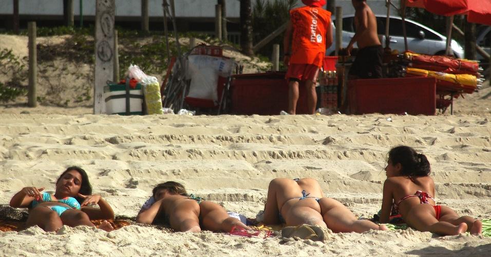 30.nov.2012 - Mulheres aproveitam o calor para tomar banho de sol, nesta sexta-feira (30), na praia de Ipanema (Rio de Janeiro)