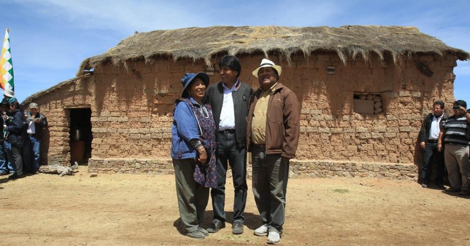 """30.nov.2012 - O presidente da Bolívia, Evo Morales (no centro), posa para a foto com seus irmãos, Esther (à esq.) e Hugo (à dir.), em frente à casa onde eles vivíam na sua cidade natal, Orinoca, na região andina de Oruro. Morales deu início nesta sexta-feira à obra do museu sobre a """"revolução democrática e cultura"""" liderada por ele, após sua eleição à presidência. O museu, sediado em Orinoca, custará US$ 7 milhões e será um dos maiores da Bolívia e da América Latina. A obra deverá ser concluída em 14 meses"""