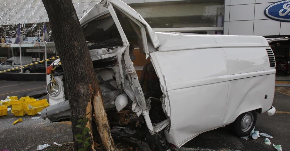 30.nov.2012 - Perua Kombi se chocou contra uma árvore na rua dos Machados, zona norte de São Paulo, nesta sexta-feira (30). O motorista ficou preso nas ferragens e foi resgatado pelos bombeiros. Ele foi encaminhado para um hospital da região