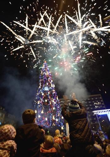 30.nov.2012 - Pessoas assistem à cerimônia de acendimento de uma árvore de Natal de 30 metros de altura, em Sófia, capital da Bulgária