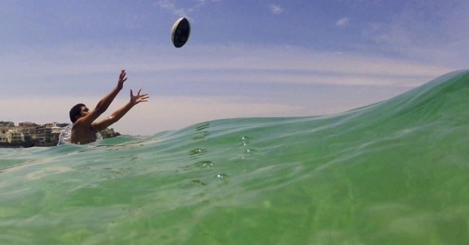 30.nov.2012 - Australiano se diverte no marem praia de Sydney