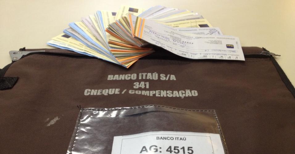 Dois guardas municipais do Rio de Janeiro encontraram, na manhã desta sexta-feira (30), um malote com 185 de cheques do Banco Itaú que, somados, totalizavam R$ 265 mil