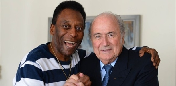 30.nov.2012 - Pel recebe visita de Joseph Blatter, presidente da Fifa