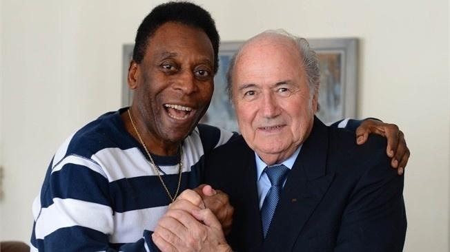 30.nov.2012 - Pelé recebe visita de Joseph Blatter, presidente da Fifa