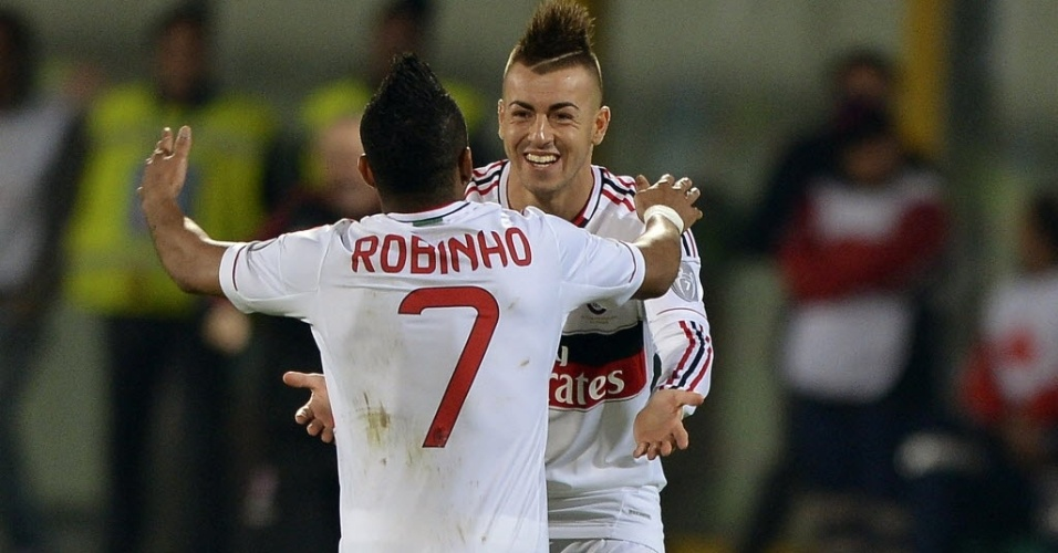 Robinho comemora com El Shaarawy gol do Milan na vitria por 3 a 1 sobre o Catania