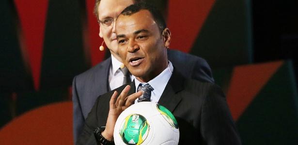 Capitão do penta, Cafu segura a bola que será usada na Copa das Confederações de 2013