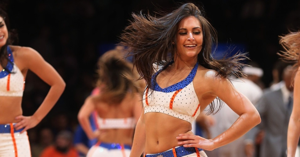 01.dez.2012 - Cheerleader do New York Knicks anima a torcida antes da partida contra o Washington Wizards, pela NBA