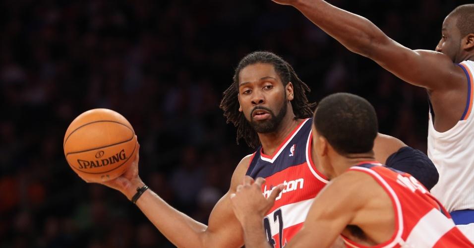 01.dez.2012 - O brasileiro Nenê, do Washington Wizards, tenta um passe na partida da sua equipe contra o New York Knicks, pela NBA.