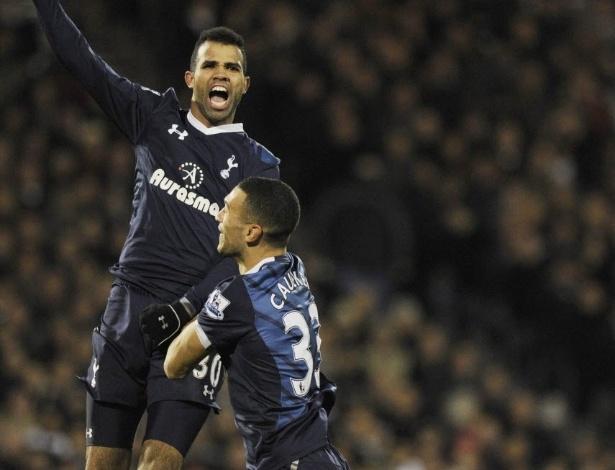 01.dez.2012 - Sandro, volante brasileiro do Tottenham, comemora com Caulker depois de fazer o gol na partida contra o Fulham, pelo Campeonato Inglês