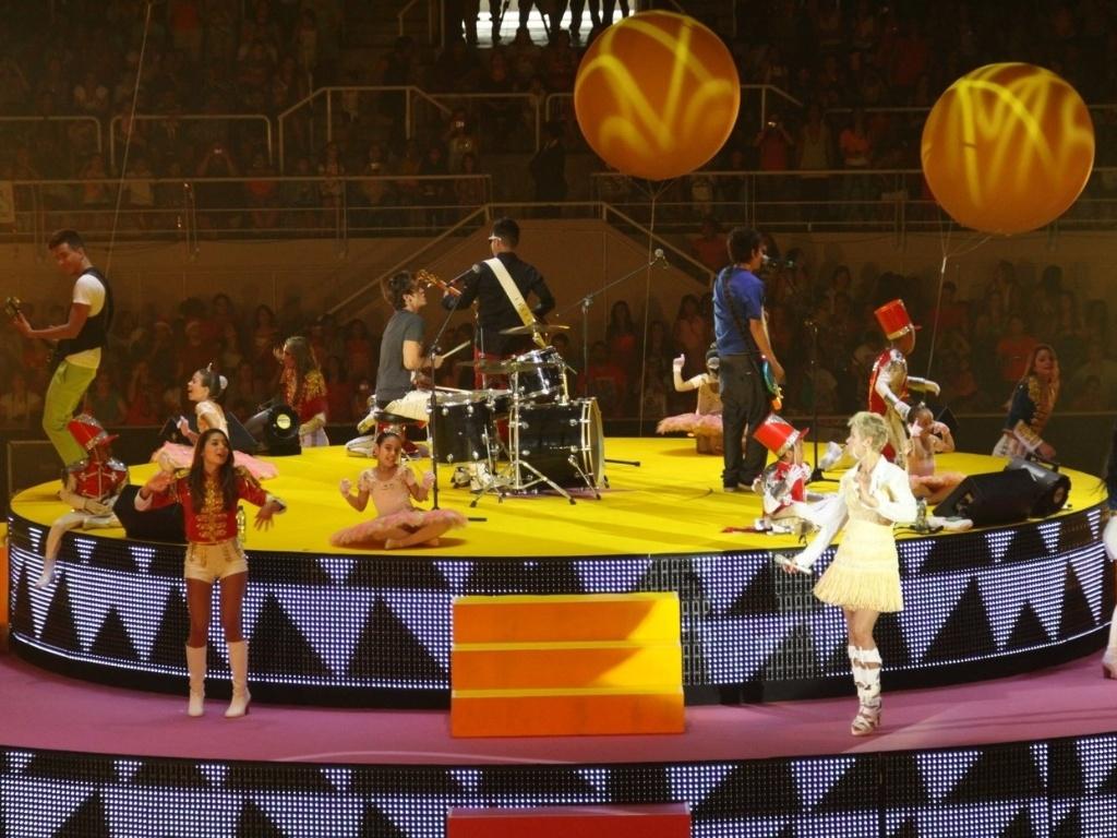 1.dez.2012 - A banda Restart se apresenta no show