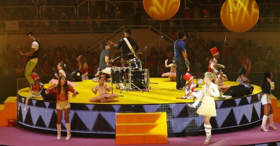 """1.dez.2012 - A banda Restart se apresenta no show """"Natal Mágico"""", no Maracanãzinho, no Rio de Janeiro. O evento é comandado pela apresentadora Xuxa"""