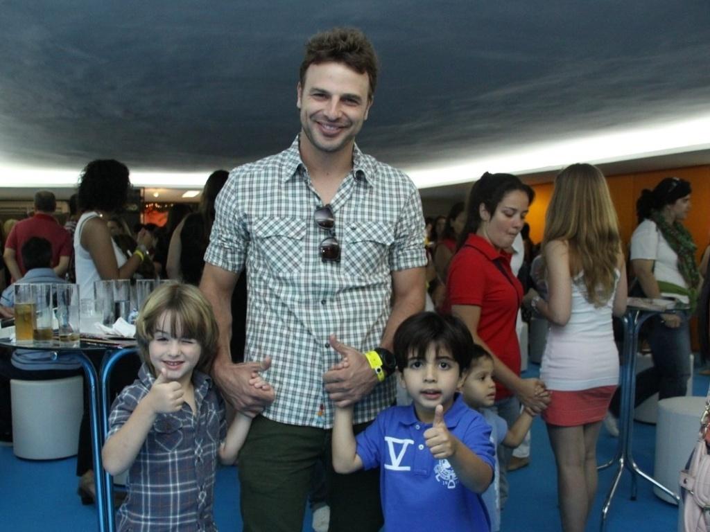 1.dez.2012 - O ator Cásio Reis leva o filho no show