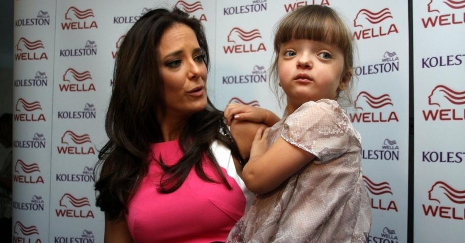 """1.dez.2012 - Ticiane Pinheiro leva Rafaela Justus no show """"Natal Mágico"""", no Maracanãzinho, no Rio de Janeiro"""