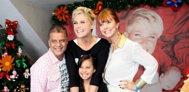 1.dez.2012 - Xuxa posa para fotos com a atriz Simone Soares, no