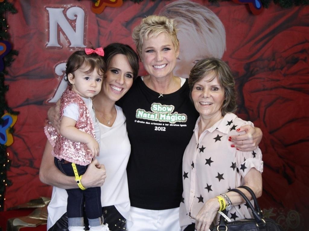 1.dez.2012 - Xuxa tira foto com a atriz Fernanda Pontes (à esq), no show