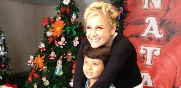 1.dez.2012 - Xuxa tira foto com Miguel, filho de Nivea Stelmann, antes do show 
