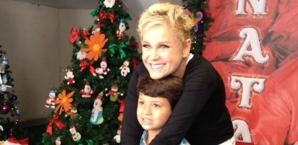 1.dez.2012 - Xuxa tira foto com Miguel, filho de Nivea Stelmann, antes do show