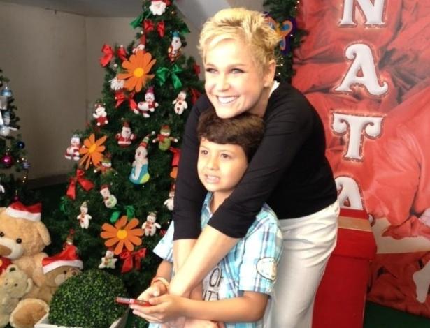 """1.dez.2012 - Xuxa tira foto com Miguel, filho de Nivea Stelmann, antes do show """"Natal Mágico"""", no Maracanãzinho. """""""