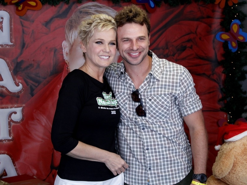 1.dez.2012 - Xuxa tira foto com o ator Csio Reis antes do show 