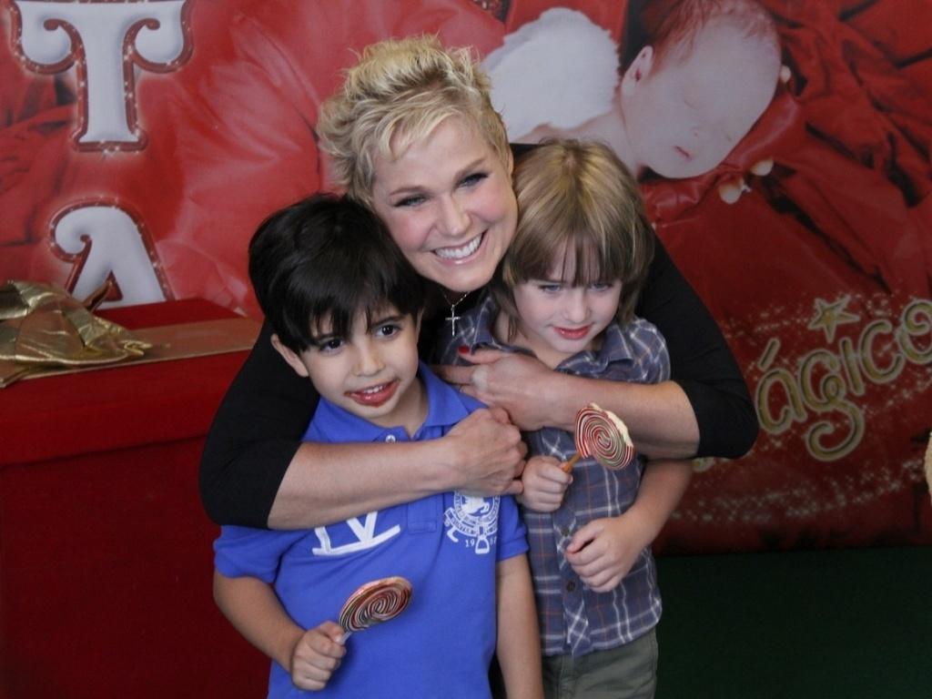 1.dez.2012 - Xuxa tira foto com o filho do ator Cásio Reis antes do show